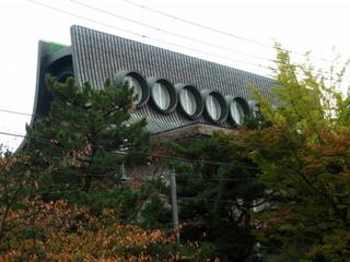 P1010030_01 平野美術館丸窓(晩秋) 800x600.jpg
